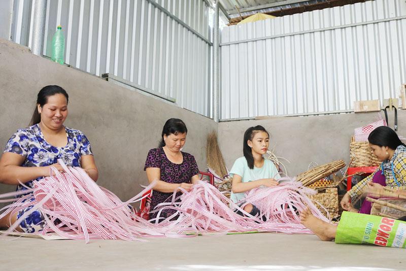 Mô hình đan cọng nhựa của phụ nữ xã Hưng Lễ (Giồng Trôm). Ảnh: Tiến Vũ