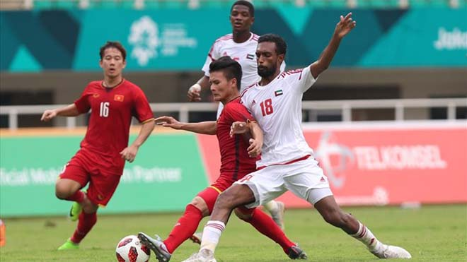 UAE (áo trắng) phải chơi chiêu trước khi đấu Việt Nam?