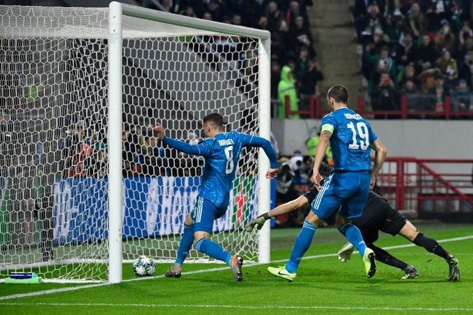 Tình huống diễn ra nhanh, Guilherme đang băng về và Ramsey chỉ muốn đó chắc là 1 bàn thắng. Ảnh: Getty Images