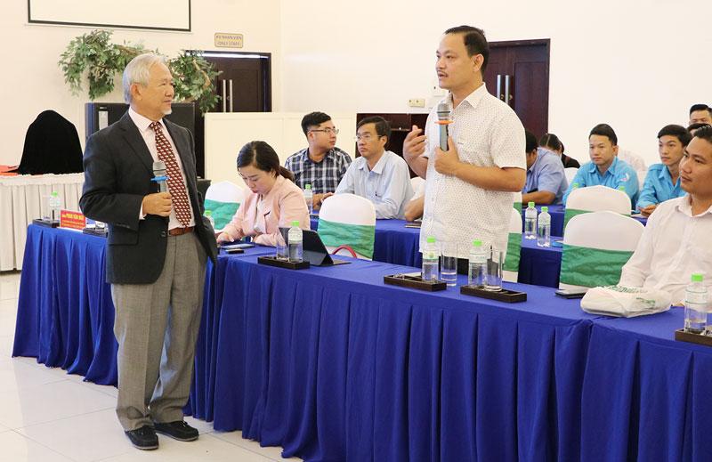 Giáo sư Phan Văn Trường chia sẻ tại hội thảo.
