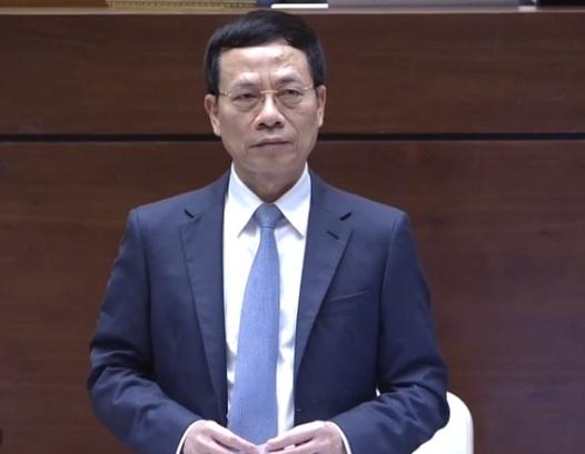 Bộ trưởng Bộ Thông tin và Truyền thông Nguyễn Mạnh Hùng trả lời chất vấn. Ảnh: KT