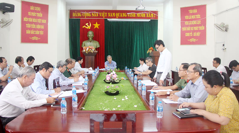Đại biểu dự họp kiểm tra công tác chuẩn bị lễ khai mạc, bế mạc Lễ hội Dừa lần V. Ảnh: Huyền Trang