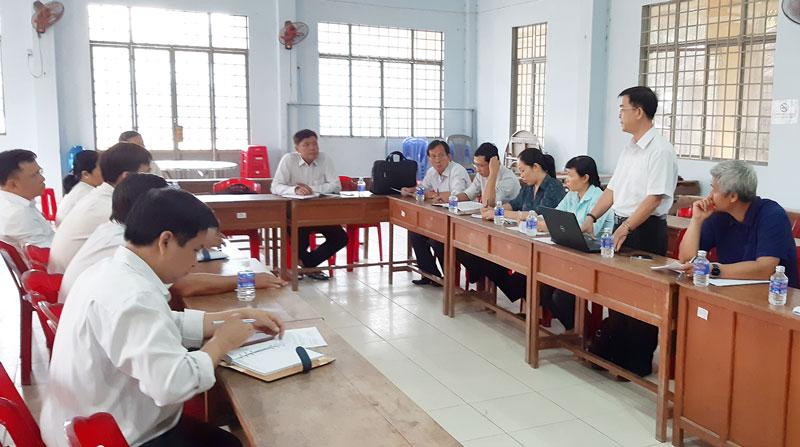 Quang cảnh thẩm định tiêu chí 8 xã Thạnh Phú Đông.