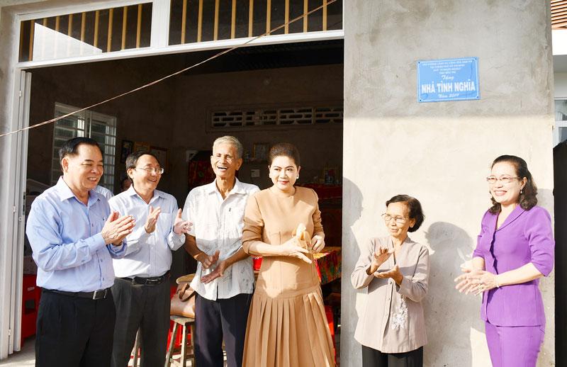 Nhà tài trợ và lãnh đạo tỉnh trao nhà tại xã Phước Long.