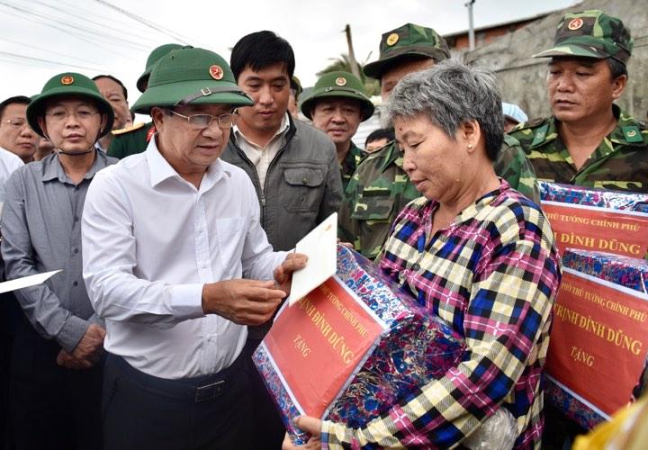 Phó Thủ tướng thăm hỏi, động viên bà con chấp hành chỉ đạo của chính quyền, di chuyển tới nơi an toàn. Ảnh VGP/Nhật Bắc
