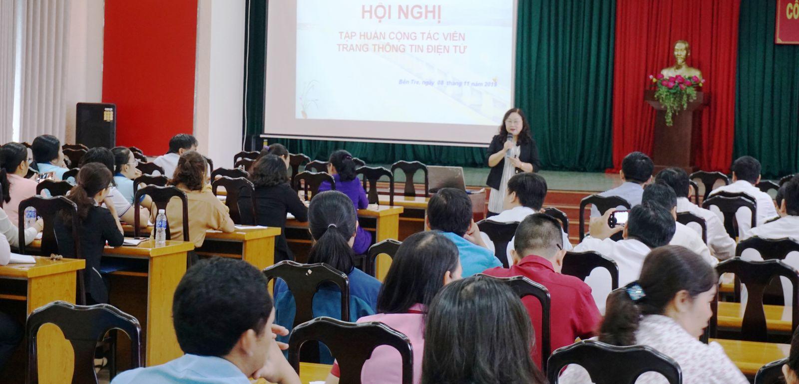 Phó bí thư Đảng ủy Khối Đỗ Thị Mai triển khai kỹ năng viết tin, bài cộng tác cho website.