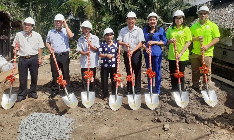 Đại biểu thực hiện nghi thức khởi công nhà tình nghĩa cho bà Nguyễn Thị Nhàn