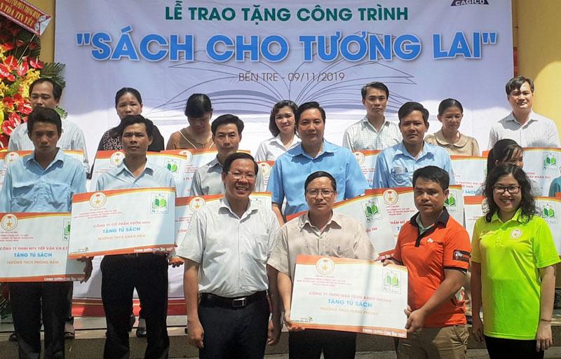 """Đồng chí Phan Văn Mãi cùng đại diện nhà tài trợ trao tặng tủ sách """"Sách cho tương lai"""" đến các đơn vị trường trên địa bàn tỉnh."""