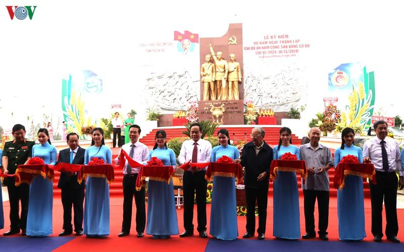 Trưởng Ban Tuyên giáo Trung ương cùng các đại biểu cắt băng khánh thành khu di tích quốc gia An Nam Cộng sản Đảng