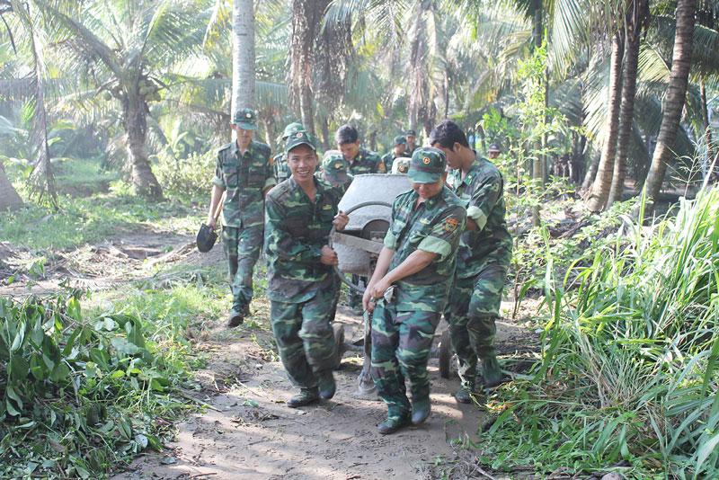 Tuổi trẻ Bộ đội Biên phòng Bến Tre chung sức xây dựng nông thôn mới. Ảnh: Biên Cương