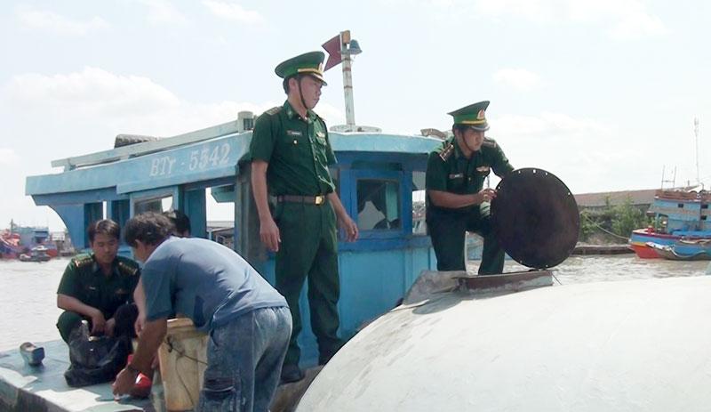 Bắt buôn lậu dầu diesel trên biển trái phép. Ảnh: Biên Cương