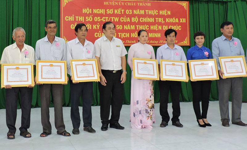 Những cá nhân điển hình về học tập và làm theo gương Bác được nhận giấy khen của Huyện ủy Châu Thành.