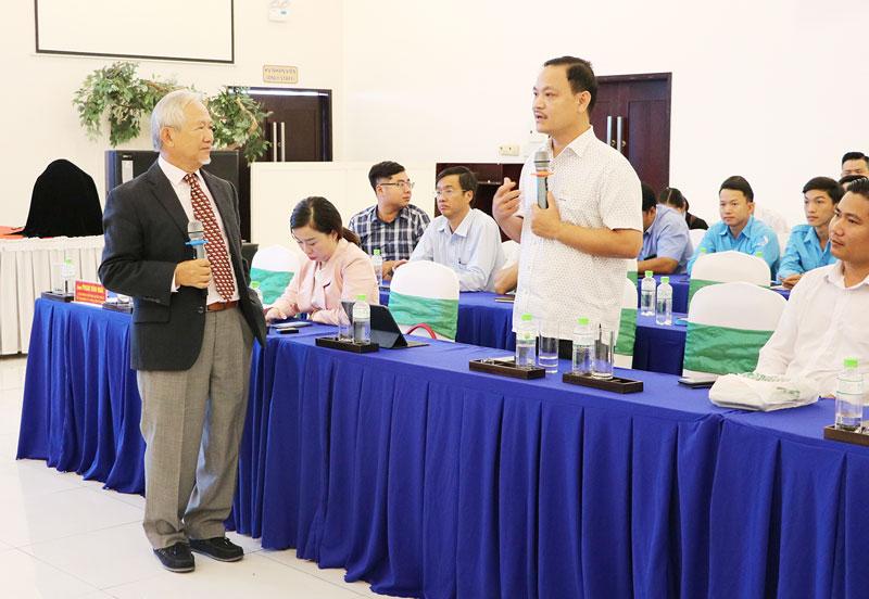 """Giáo sư Phan Văn Trường chia sẻ tại hội thảo """"Cấy nền"""" do Trung tâm Xúc tiến đầu tư và khởi nghiệp tỉnh tổ chức. Ảnh: Cẩm Trúc"""