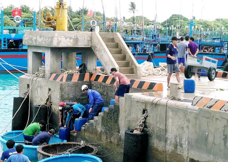 Âu tàu đảo Sinh Tồn cấp nước ngọt cho ngư dân ra khơi.