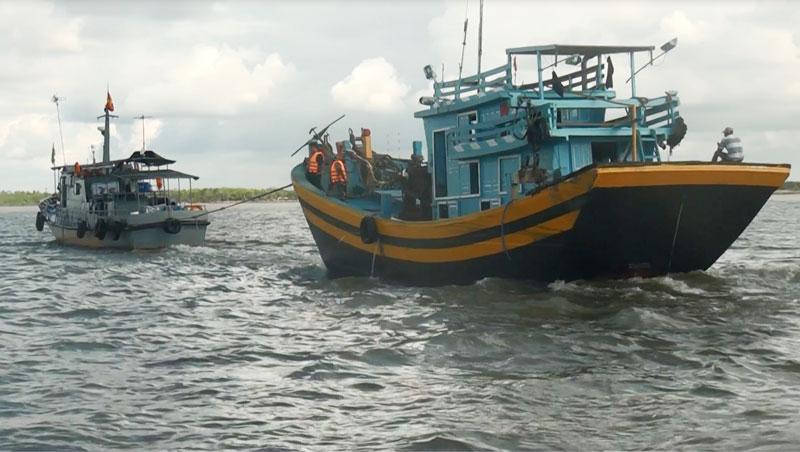 Tàu cá đánh bắt sai tuyến bị bắt giữ.
