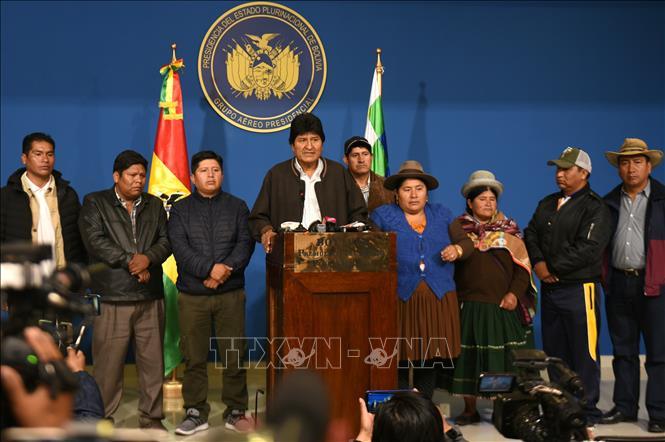 Tổng thống Bolivia Evo Morales (giữa) trong cuộc họp báo tại thành phố El Alto, ngày 10-11-2019. Ảnh: THX/TTXVN