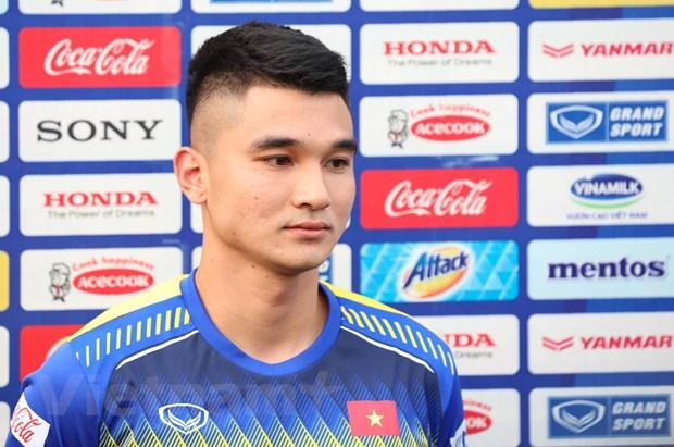 Trung vệ Lê Văn Đại trả lời phỏng vấn báo chí trước buổi tập chiều 14-11 của tuyển Việt Nam