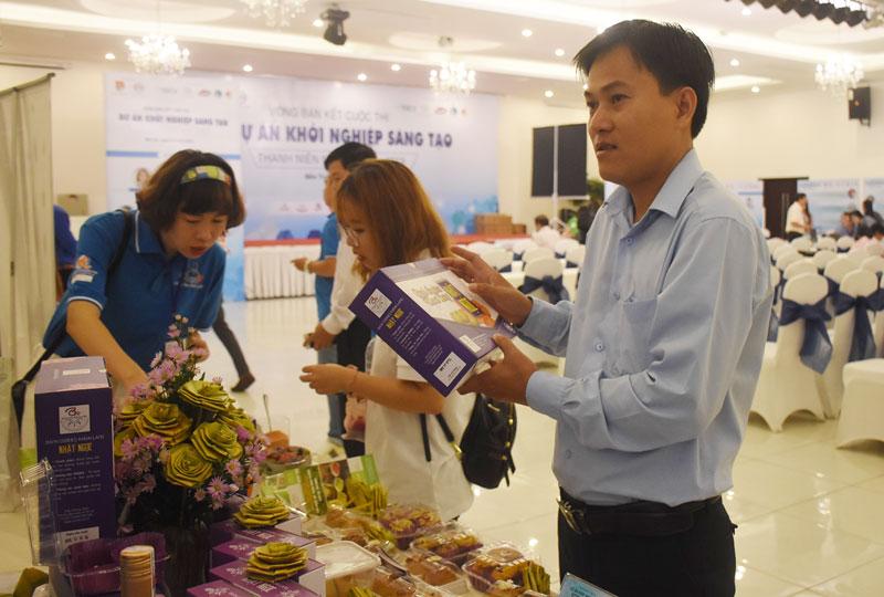 Thanh niên Bến Tre giao lưu sản phẩm khởi nghiệp từ dừa với các tỉnh đồng bằng sông Cửu Long.