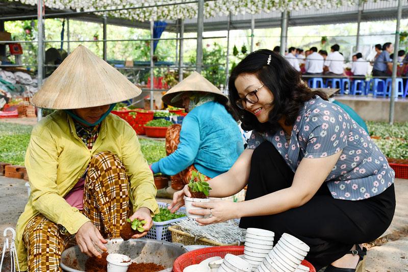 Tạo việc làm ổn định cho lao động nữ ở xã Vĩnh Thành (Chợ Lách).