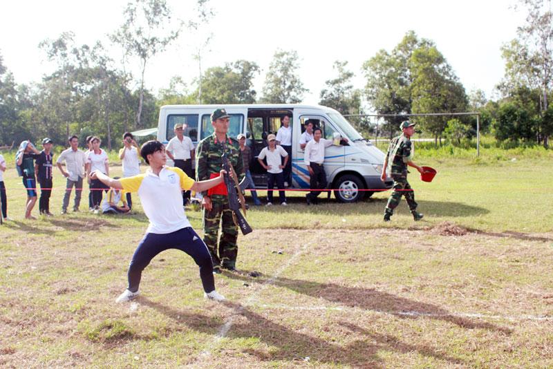 Các em học sinh THPT tham gia tranh tài trong hội thao QP-AN học sinh do tỉnh tổ chức. Ảnh: Đặng Thạch
