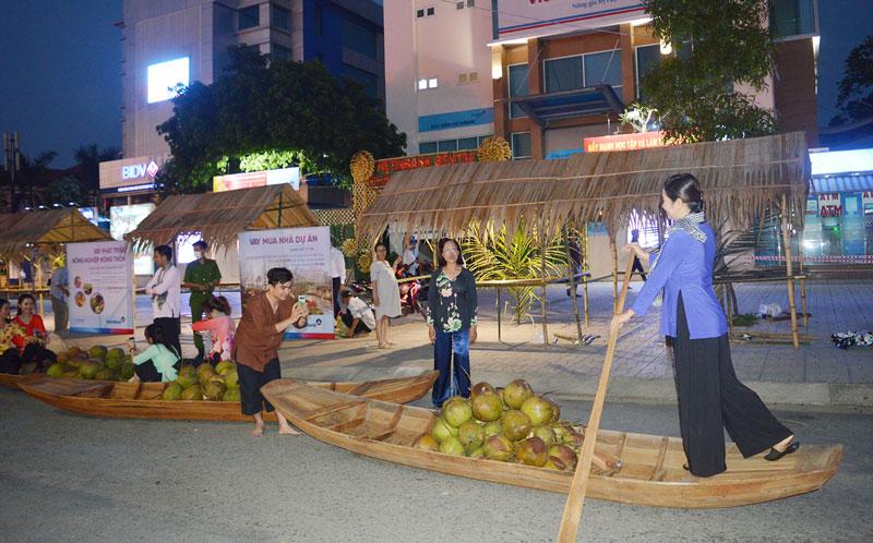 Người dân đã đến tham quan và chụp ảnh tạị một số tiểu cảnh của phố đi bộ - con đường dừa. Ảnh: PV