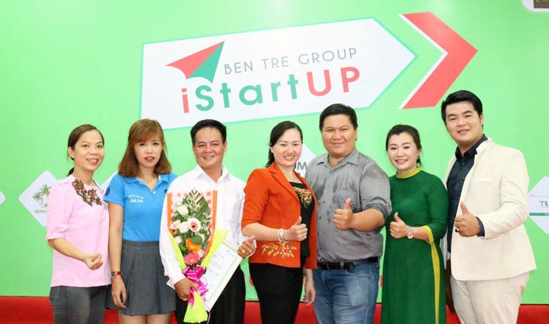 Anh Hồ Thành Sơn (thứ 3, từ trái sang) tham gia gian hàng ẩm thực tại phiên chợ khởi nghiệp.