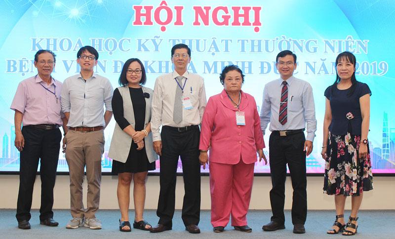 Ban Giám đốc BVĐK Minh Đức chụp ảnh lưu niệm với báo cáo viên tại hội nghị.