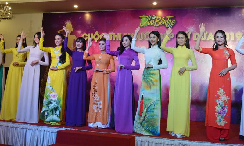 Trang phục áo dài truyền thống hiện diện trong nhiều cuộc thi Người đẹp.
