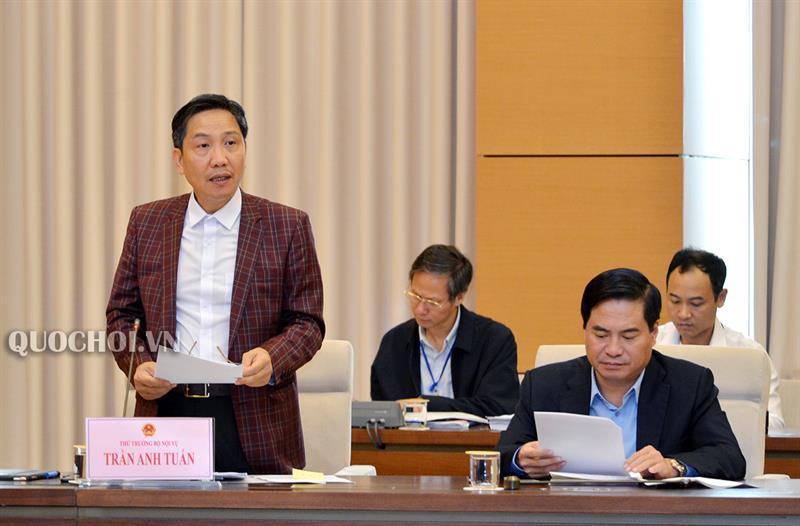 Thứ trưởng Bộ Nội vụ Trần Anh Tuấn trình bày Tờ trình của Chính phủ.