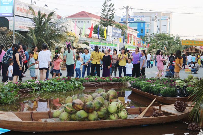 Đông đảo người dân và du khách có mặt tại phố đi bộ.