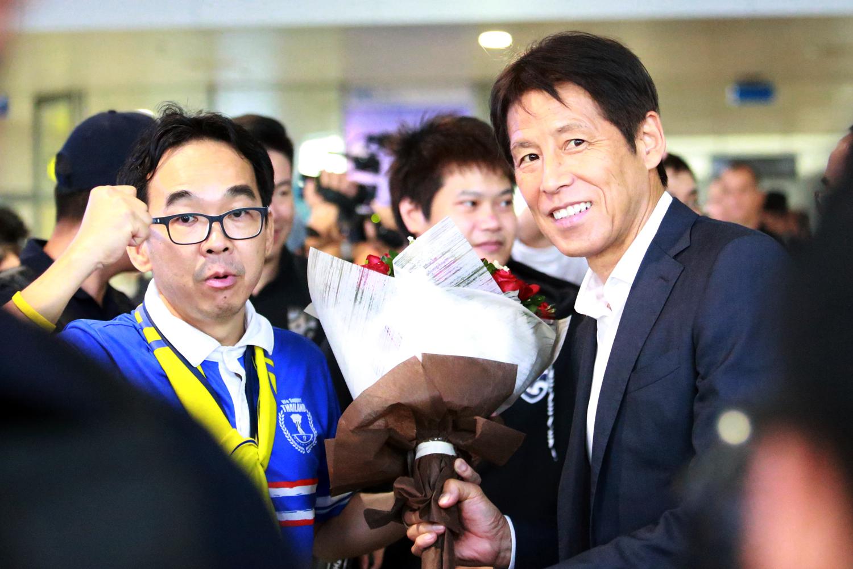 Một số CĐV Thái Lan có mặt ở sân bay từ trước, đón tiếp và tặng hoa cho HLV Akira Nishino. Ảnh: VnExpress