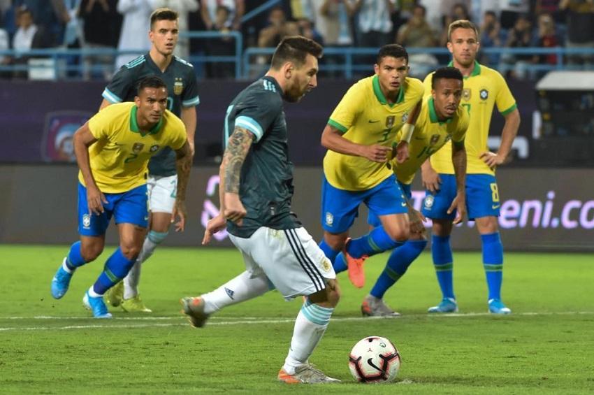 Messi đã ghi bàn từ chấm phạt đền giúp Argentina thắng Brazil