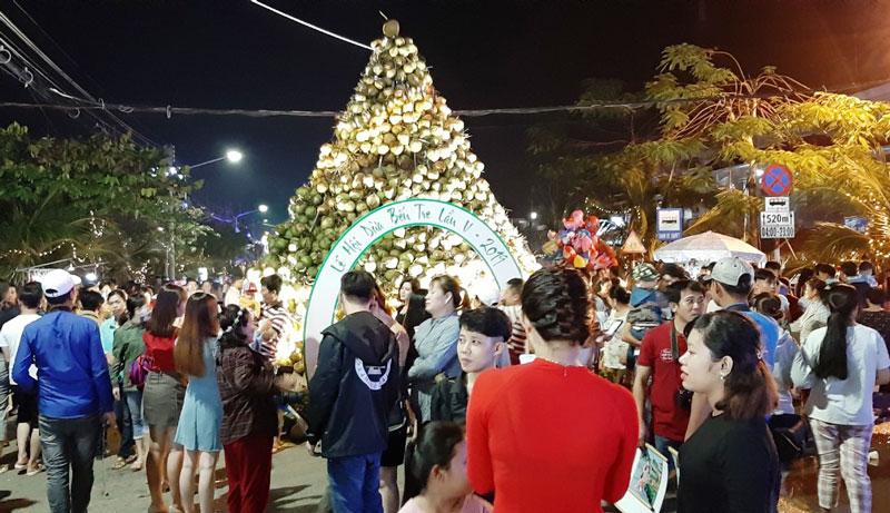 Du khách tham gia Lễ hội dừa lần V. Ảnh: Tiểu Bảo