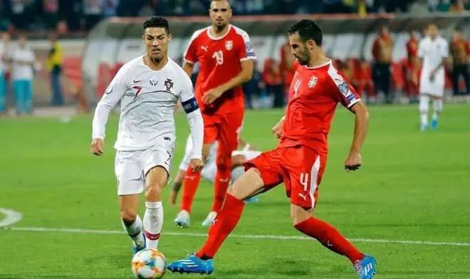 Bồ Đào Nha (áo trắng) nỗ lực khi đấu Luxembourg. Ảnh: Reuters.