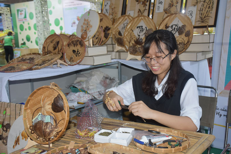 Nguyễn Băng Nhi với sản phẩm tranh gáo dừa.