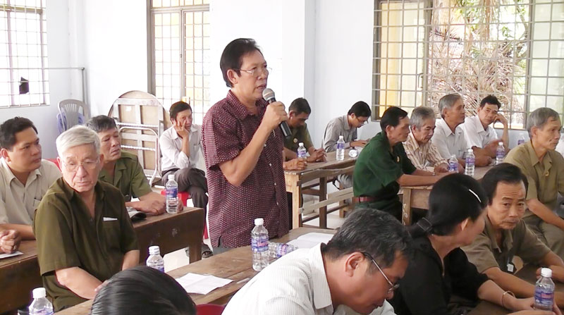 Người dân xã Thạnh Phú Đông có ý kiến tại buổi đối thoại.