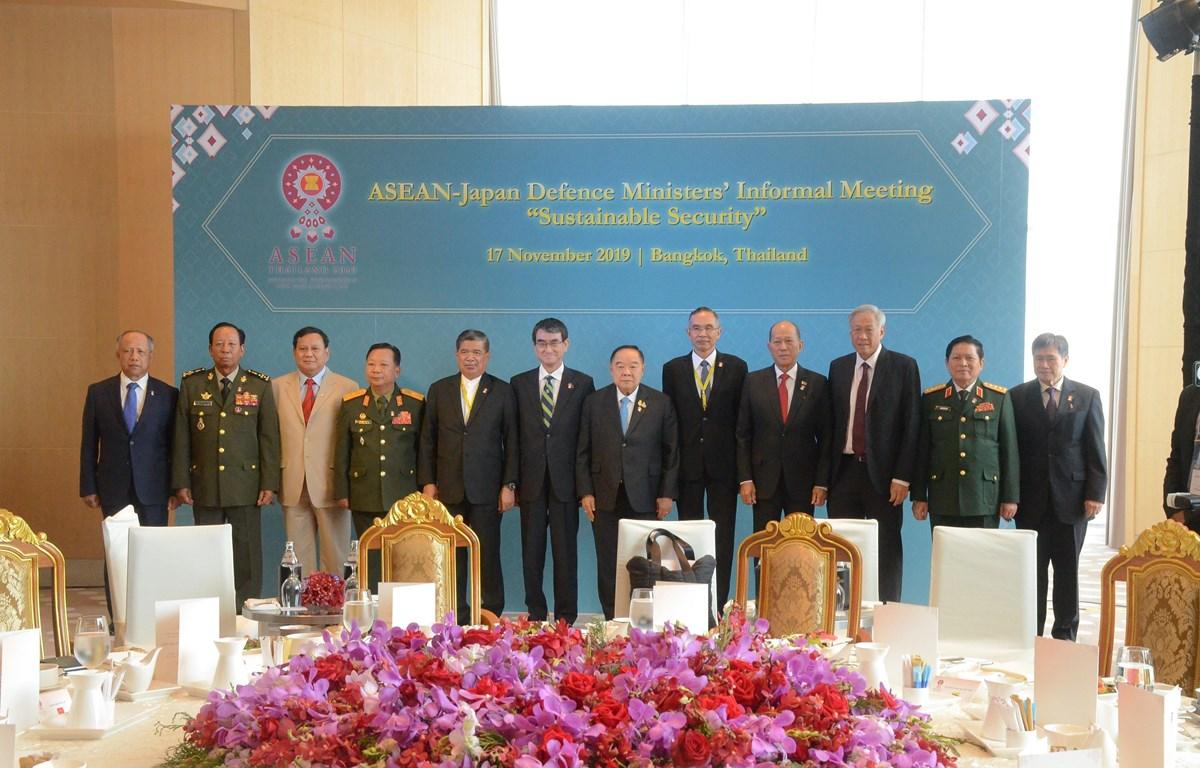 Cuộc gặp giữa các Bộ trưởng Quốc phòng ASEAN với Bộ trưởng Quốc phòng Nhật Bản Taro Kono. (Ảnh: Ngọc Quang/TTXVN)