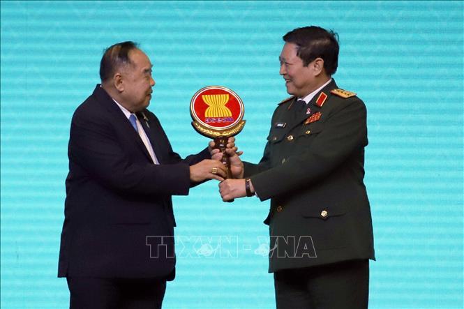 Đại tướng Ngô Xuân Lịch, Bộ trưởng Bộ Quốc phòng Việt Nam nhận biểu trưng vai trò Chủ tịch ADMM và ADMM+ 2020 từ Đại tướng Prawit Wongsuwan, Phó Thủ tướng Thái Lan.