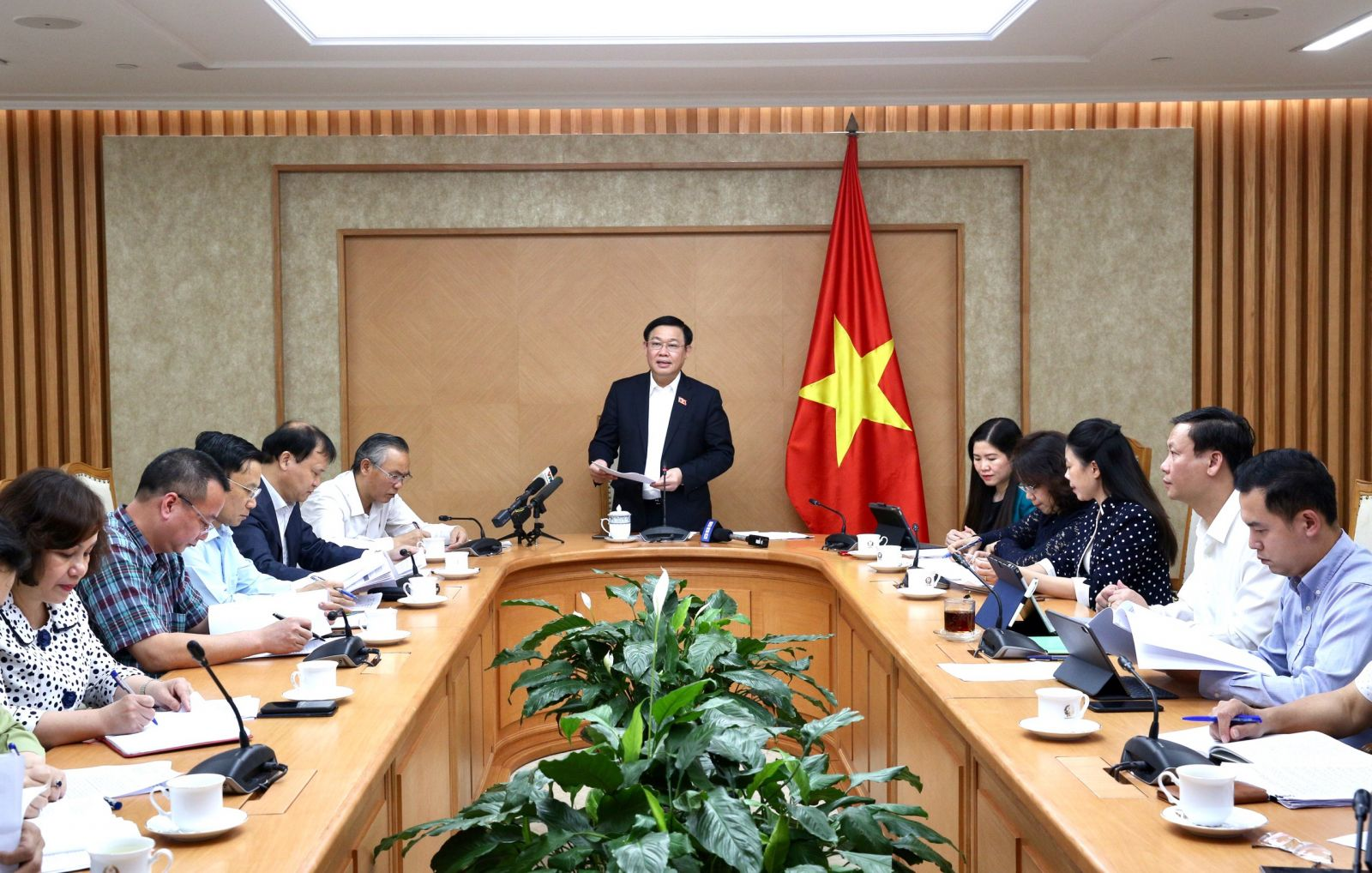 Phó thủ tướng Vương Đình Huệ phát biểu chủ trì cuộc họp. Ảnh: VGP/Thành Chung
