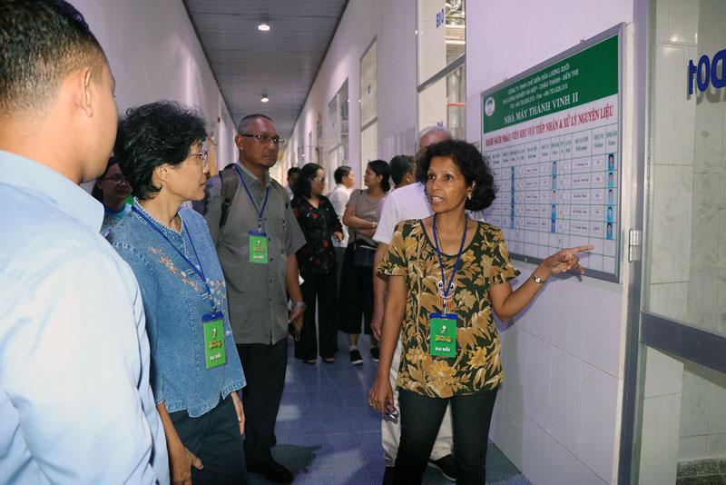 Bà Mridula Kotte Kate - Trợ lý giám đốc ICC tham quan nhà máy chế biến dừa ở Công ty TNHH Chế biến dừa Lương Quới. Ảnh: Thạch Thảo
