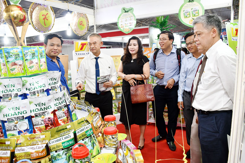 Kẹo dừa được trưng bày tại hội chợ triển lãm các sản phẩm dừa. Ảnh: H.Hiệp