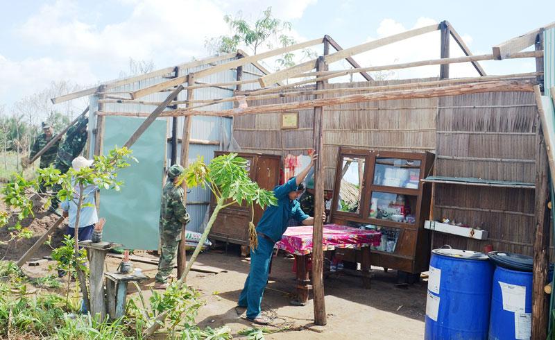Cán bộ, chiến sĩ Bộ đội Biên phòng cùng lực lượng địa phương giúp dân khắc phục hậu quả lốc xoáy năm 2019 tại xã An Thủy, huyện Ba Tri.