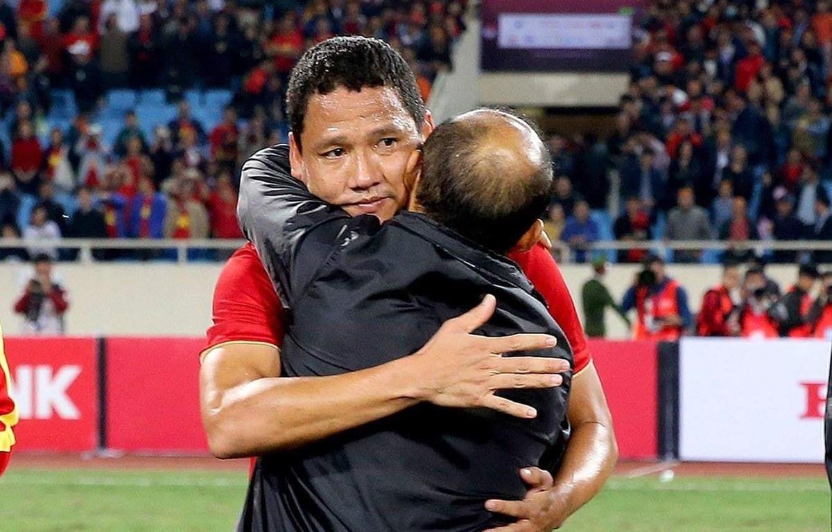 Tiền đạo Anh Đức ôm huấn luyện viên Park Hang-seo ở trận đấu cuối cùng trong màu áo tuyển Việt Nam.