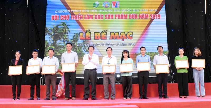 Ông Nguyễn Hữu Lập - Phó chủ tịch UBND tỉnh khen thưởng các doanh nghiệp, đơn vị có thành tích đóng góp tạo nên thành công của hội chợ
