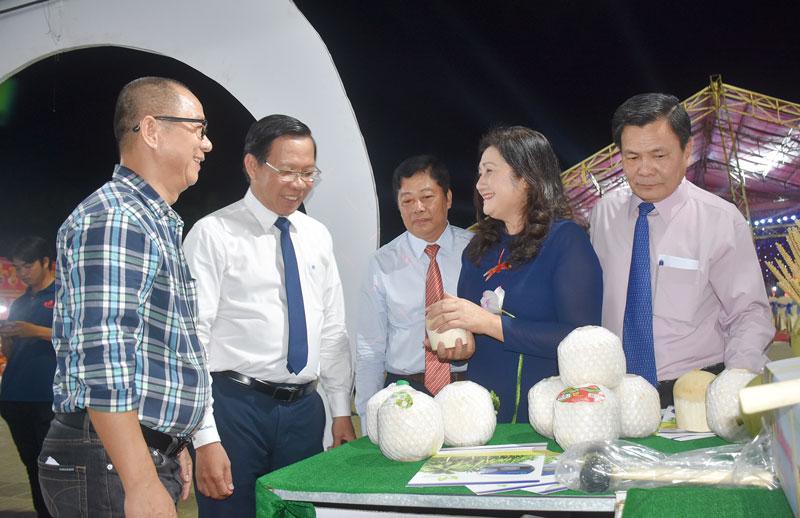 Bí thư Tỉnh ủy Phan Văn Mãi (thứ hai, trái sang) tham quan gian hàng dừa của Công ty TNHH Xuất nhập khẩu trái cây Mekong.