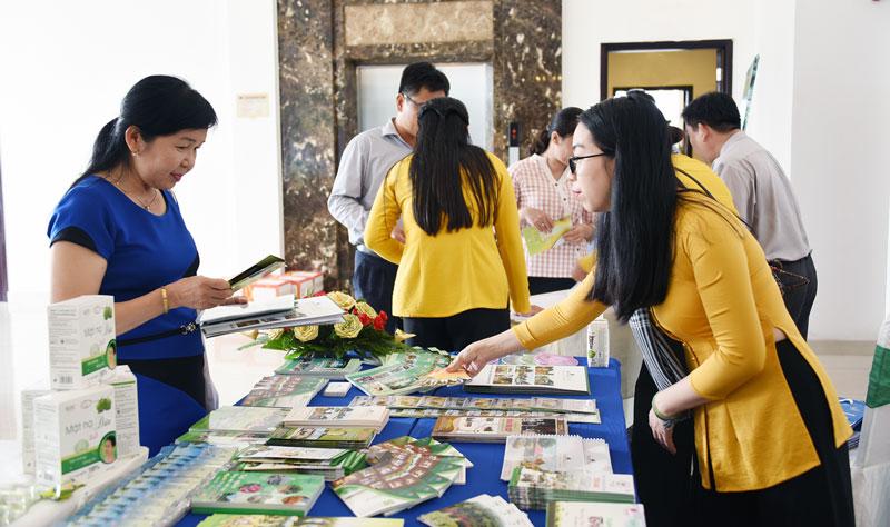 Thông tin, giới thiệu về du lịch Bến Tre cho đại biểu tham dự hội thảo.