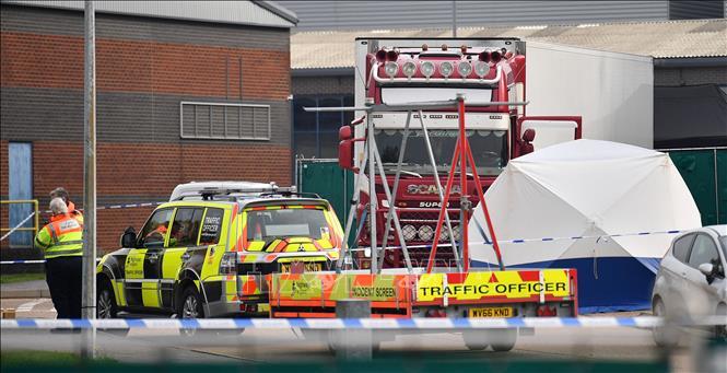 Cảnh sát Anh phong tỏa hiện trường phát hiện 39 thi thể trong container tại Grays, Essex, ngày 23-10-2019. Ảnh: AFP/TTXVN