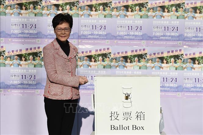 Trưởng Khu hành chính đặc biệt Hong Kong (Trung Quốc) Lâm Trịnh Nguyệt Nga bỏ phiếu bầu các thành viên Hội đồng cấp quận tại điểm bầu cử ở Hong Kong ngày 24-11-2019. Ảnh: AFP/TTXVN