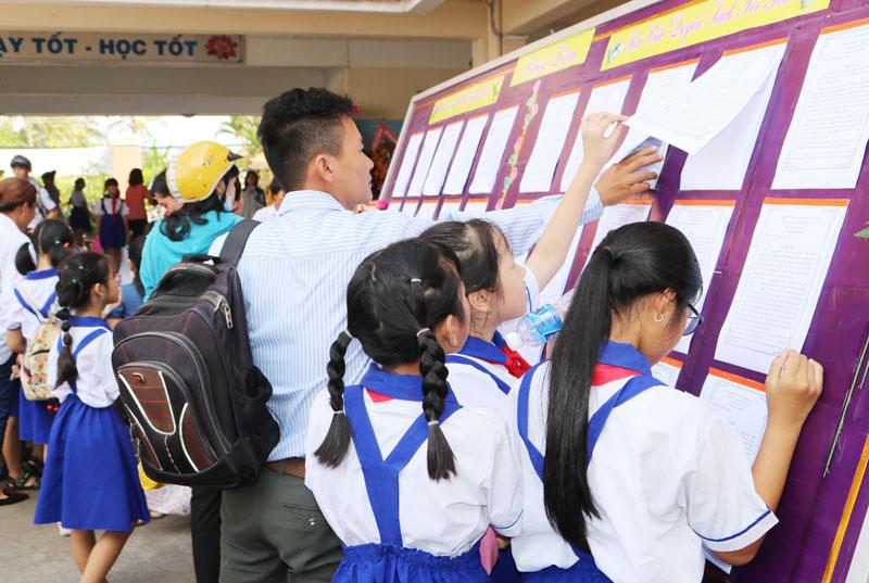 Học sinh tham khảo các bài thi nét chữ đẹp.