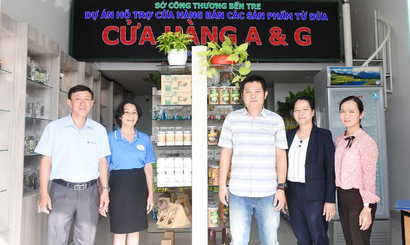 Giám đốc Sở Công Thương Châu Văn Bình nghiệm thu dự án tại Cửa hàng A & G.